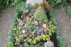Sommerliche Grabbepflanzung
